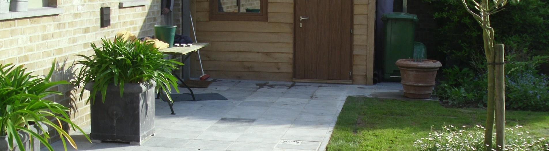 Natuursteen terras met eikenhouten tuinhuis