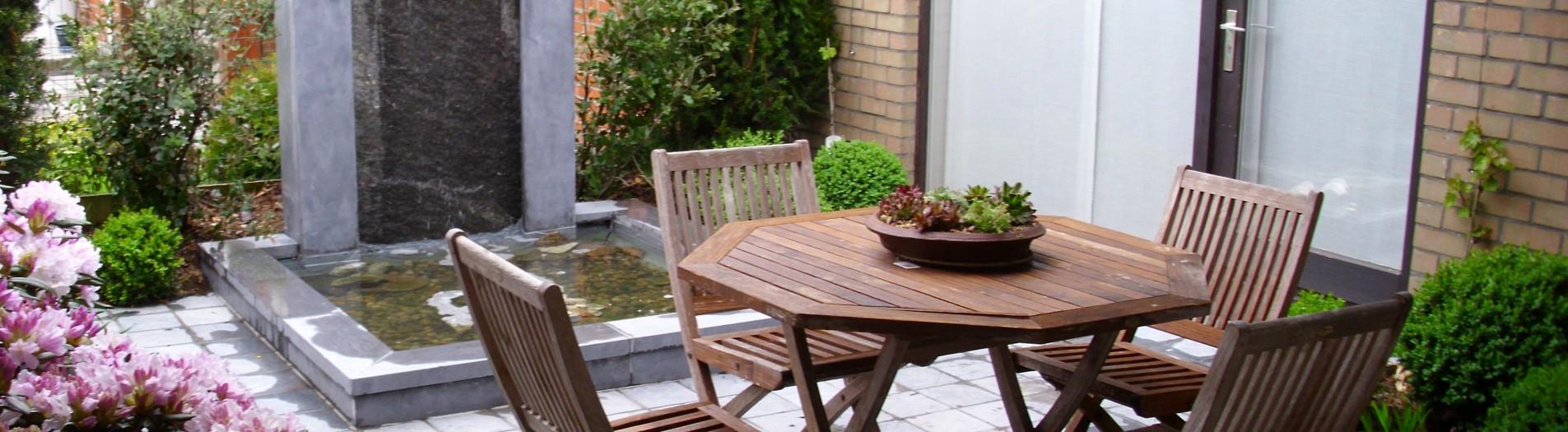 Kleine binnentuin met waterval
